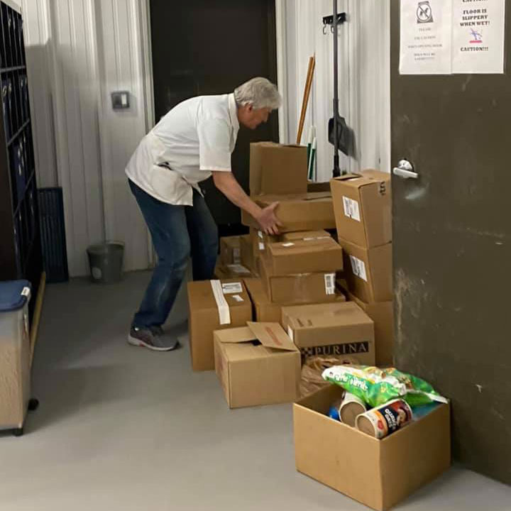 Blue Ridge, Georgia veterinary practice collect food to help community